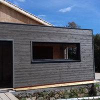 Façade en bois du projet d'extension en Corse