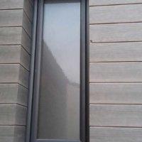 bardage bois foncé et fenêtre grise en Corse